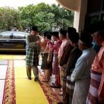Ke Bawah Duli Tuanku sedang bersalaman dengan Ketue-Ketua Jabatan dan para jemaah