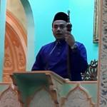 Khatib (Pegawai dari Jabatan Agama Islam Perak sedang membacakan Khutbah Jumaat